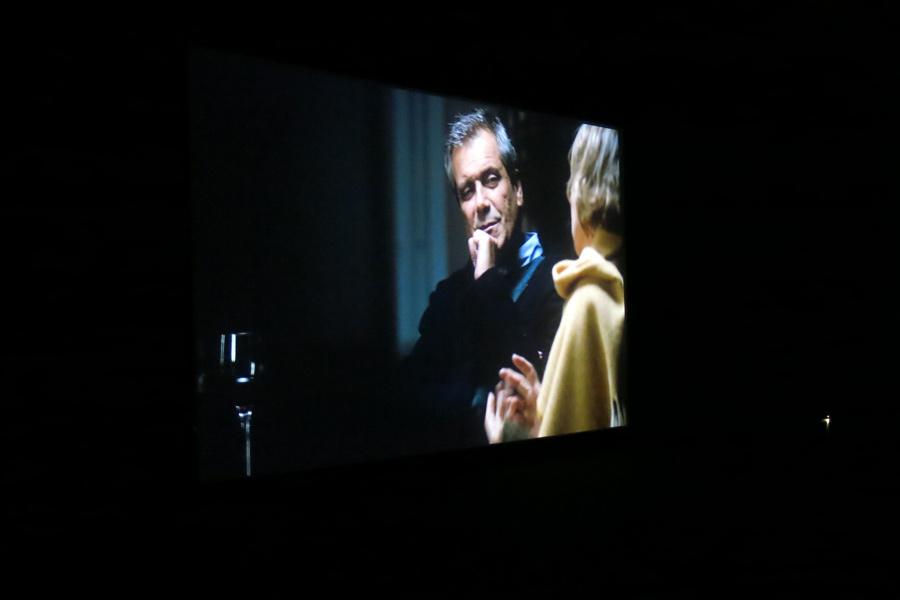 imagem da tela de projecção da sala principal do Cinema São Jorge a mostrar o arquitecto Manuel Aires Mateus