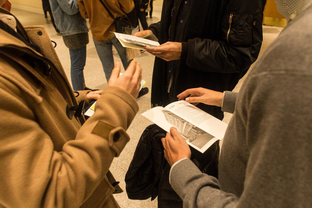 Público da conferência Tham & Videgård antes de entrar na sala