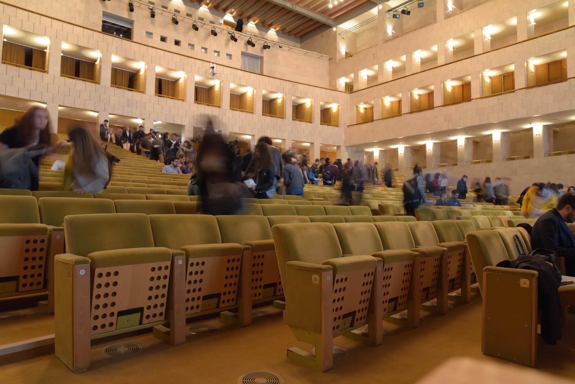 público sentado no grande auditório do CCB