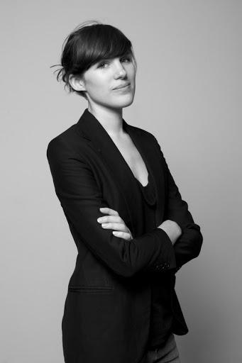 Retrato da curadora geral da Trienal 2013, Beatrice Galilee