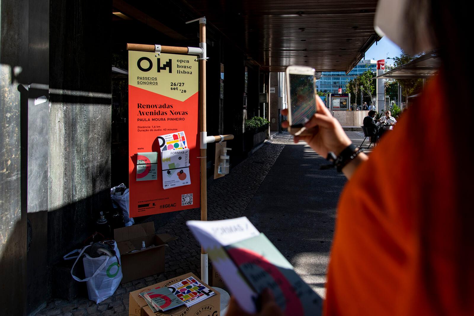 Sinalética que marca o início do Passeio Sonoro da jornalista Paula Moura Pinheiro, intitulado Renovadas Avenidas Novas. Fotografia de Hugo David