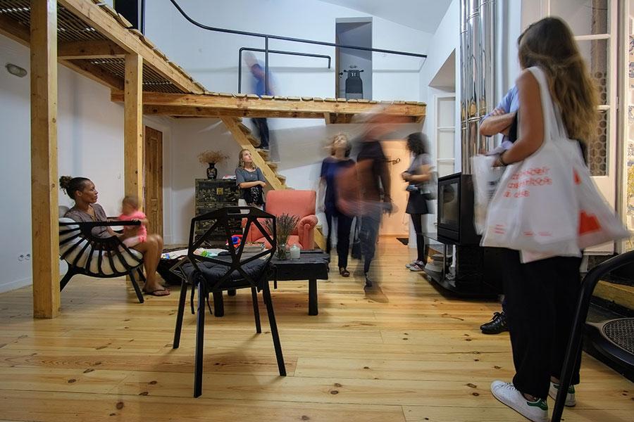 Interior do Apartamento Arriaga com pessoas a movimentarem-se