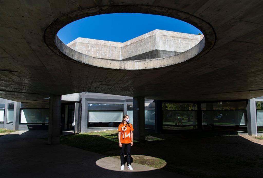 Voluntária Open House no espaço exterior do renovado Caleidoscópio, situado no Jardim do Campo Grande