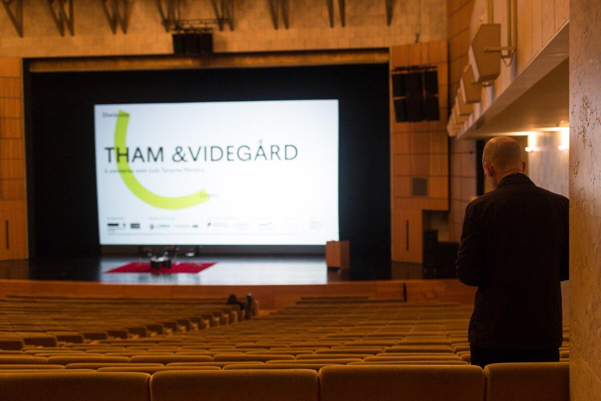 Bolle Tham de costas à espera do início da conferência e vista geral do grande auditório do CCB