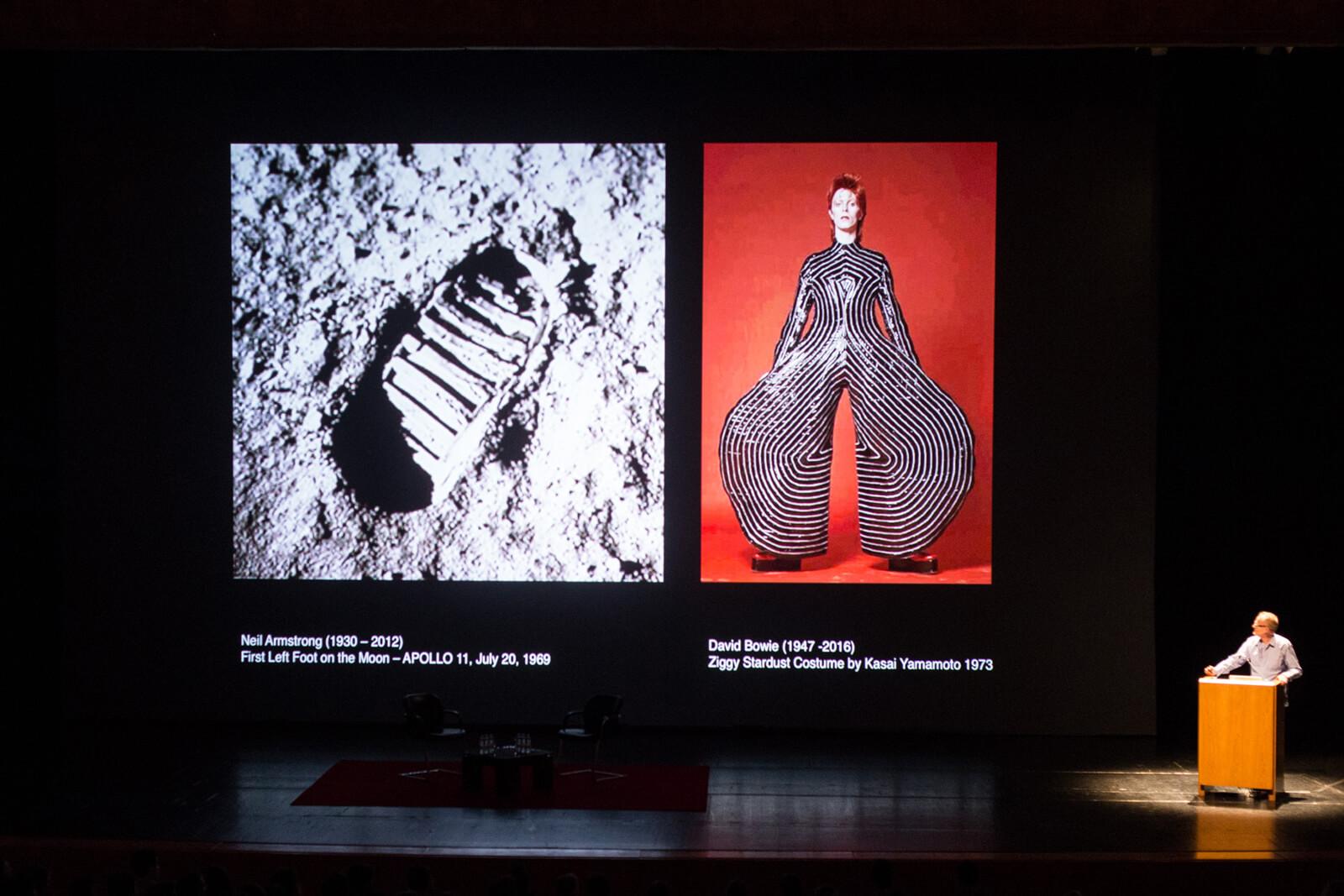 Michael Morris mostra duas imagens. Uma pegada na lua, O cantor David Bowie com um macacão