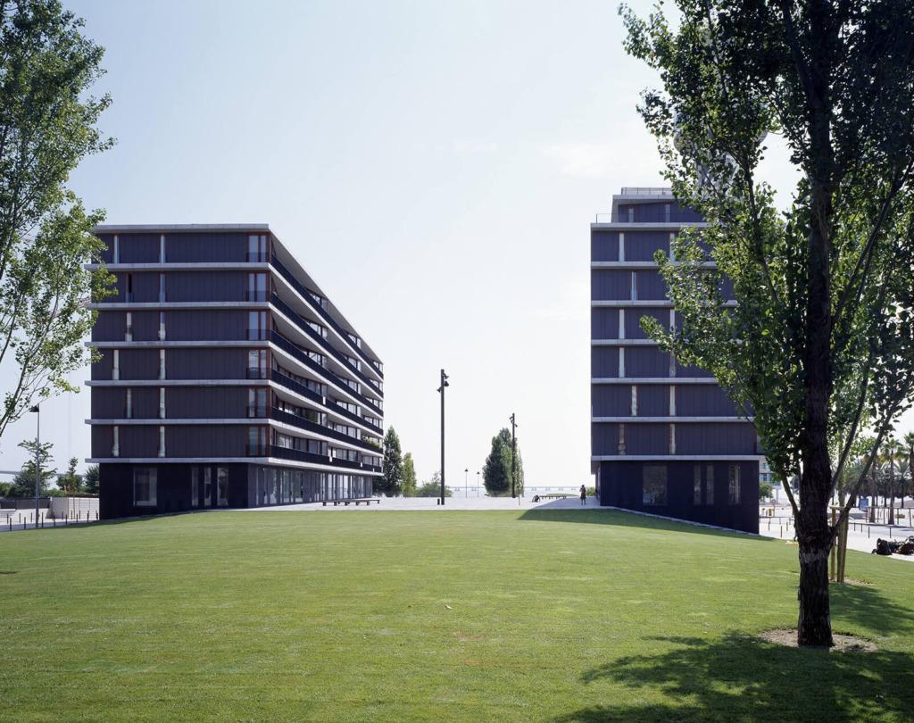 Vista exterior dos dois edifícios de apartamentos